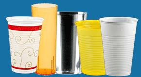 Plastikbecher und Plastikgläser